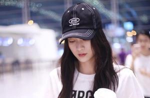 张雪迎戴棒球帽穿白T恤搭配黑色裤子现身机场,手拿饮料变身吃货
