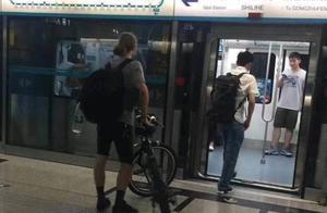 外国人能推自行车上地铁?北京地铁回应:乘客当时腿部受伤