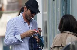 意大利老门神享受巴黎生活 40岁布冯又被拍到在大街上抽烟