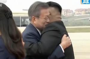 文在寅专机抵达平壤 金正恩机场迎接 两人热情拥抱握手