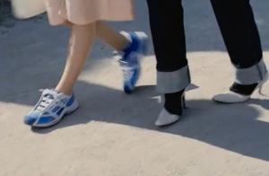 我的野蛮女友:女神穿高跟鞋脚痛,要求男友换鞋,提着都不行