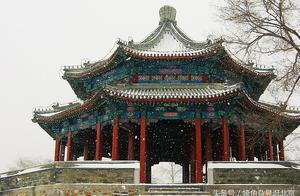 占地面积三百八十平米,悬挂有乾隆、慈禧御笔匾额的颐和园廓如亭