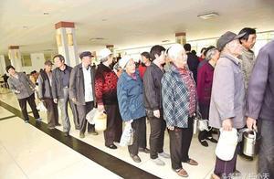 为什么每天早上银行还没开始营业就有那么多人排队?