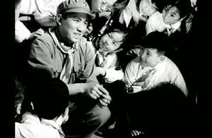 电影1964《雷锋》片段,雷锋讲故事