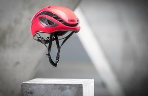 200块自行车头盔和500块的有啥区别?看老外摔鸡蛋的结果就知道!