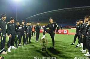 不能忍!韩国球员赢中国后脚踩奖杯+做侮辱动作