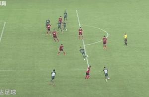 GIF-中甲出现滑稽一幕:门将扑救不及,抱着球越过门线