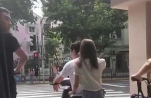 王思聪骑电动车载美女被偶遇,吃路边摊坐电动车,新女友是真爱?