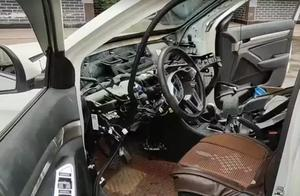 不服都不行!车都拆成这样了,这位司机还敢开上路