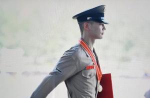 本是同时期入伍,崔珉豪海军陆战队优异毕业,李胜利还在延期入伍