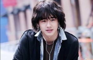刘昊然长发造型,仿佛回到18岁,这种发型都能驾驭,而且还很清秀