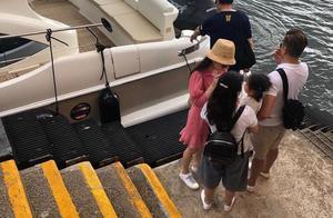 郭富城开游艇携家人出海,方媛花枝招展不用抱女儿