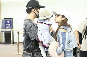 付辛博一家三口现身机场,颖儿穿拖鞋显随性,向女儿索吻母爱满满