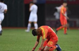 国青耻辱一败后跪地不起,差点踢出0-4惨案,体能耗尽抽筋!