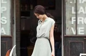 周冬雨薄荷绿吊带裙真上镜!清凉打扮似18岁姑娘,可爱感爆棚