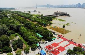 """武汉长江水位高涨,汉口江滩成市民""""戏水平台"""""""