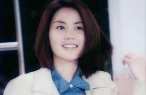 王菲20年前采访画面曝光,明眸皓齿笑容甜美,脸圆嘟嘟有些婴儿肥