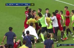 亚冠爆发1幕大规模冲突:上港球员被打在地,数十人混战出现红牌