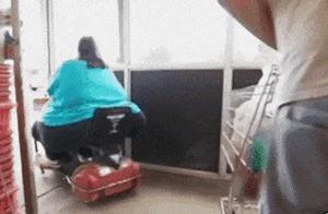爆笑GIF:大姐,不行你就先下来吧,这样我感觉是出不去的