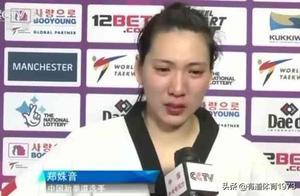 郑姝音遭黑裁判争议判罚丢冠,领奖台倒地一幕,让人心疼!