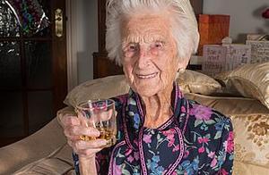 英国112岁老人去世,见证26任首相,她的长寿秘诀是每晚来点这个