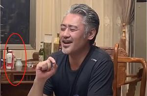 吴秀波饭局照曝光,情难自禁引吭高歌,桌上天价酒暴露生活状况?