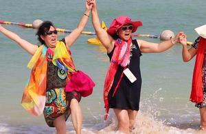 中国大妈旅游三大宝:丝巾,墨镜,百变帽