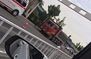 今早7点左右铜川210国道突发车祸 事故造成一男子当场死亡
