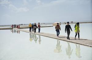 青海湖又出一面天空之镜,10天后将达颜值巅峰,游客少拍倒影更佳