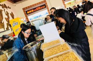 哈尔滨东农大学生创业开豆坊   一天卖出400杯多种口味鲜榨豆浆