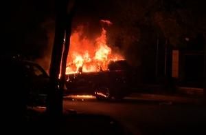 宝山区一小区内SUV倒车时自燃烧毁,才开了3年2万公里