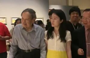 96岁杨振宁携小54岁娇妻现身,拄着拐杖也不忘与翁帆十指相扣