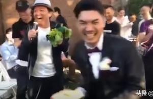 黄渤出席婚礼端坐观众席,新娘直接捧花砸头,黄渤调侃,观众笑场