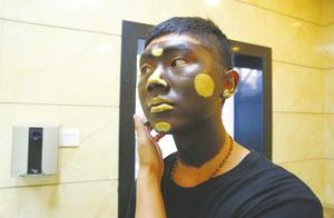 成都锦里铜人自述:长期涂油彩,脸已不会流汗