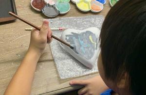 kimi初次画陶瓷作品,心形陶瓷上的三个字母很有寓意