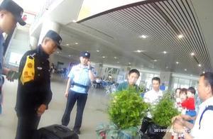 一旅客坐火车带了4棵树苗,过安检却被民警拦下了?竟然差点违了法