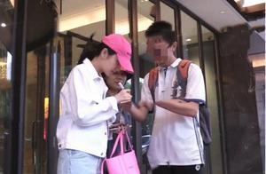 景甜不受分手影响和助理吃火锅心情好,遇粉丝签名好亲切