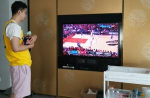 李艾首晒儿子正面照!奶爸抱娃看NBA总决赛一脸崩溃