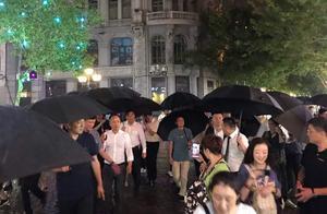 他真的来了!马云冒雨在哈尔滨中央大街买了什么?引众人围观