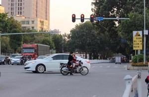 正常驾驶撞了闯红灯的人,要承担多少责任?交警一分析,终于懂了