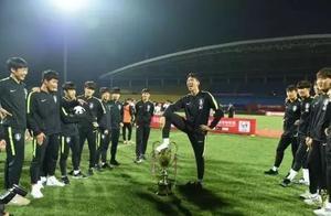 气愤!韩国U18队员公开羞辱奖杯,组委会:收回奖杯,立即道歉
