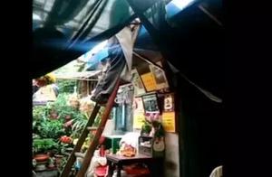 100岁老人独自爬竹梯上房捡瓦,视频曝光后,网友纷纷质疑子女