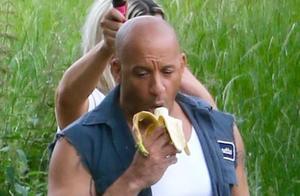 《速度与激情9》首曝片场照 范迪塞尔吃香蕉、带娃