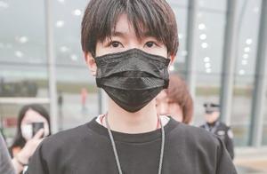 机场偶遇王源,却被他的手机壳抢镜,网友:真不愧是刚哥
