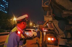 渝中交巡警严查运渣车 61辆违规渣车被罚
