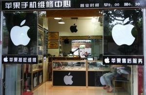 一女子用苹果7怒砸苹果售后服务店员 网友:简直欺人太甚