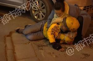 """""""帮我叫救护车可以吗?""""外卖小哥被卷到车身下!众人抬车救人!"""