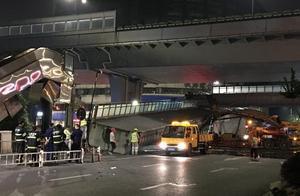 杭州人行天桥垮塌,一市民30秒跑下桥后,身后轰的一声