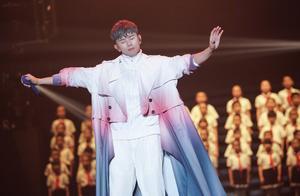 演唱会引人瞩目的是头发掉色,张杰的解释很粗暴:爱歌迷的颜色