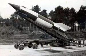 死亡式攻击!飞行员用独特方法击落60枚导弹,纪录至今无人打破